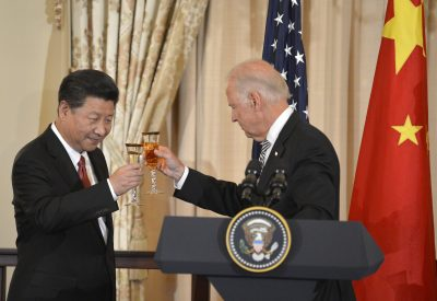 Chinese President Xi Jinping (L) and US President Joe Biden raise their glasses in a toast during a luncheon at the State Department, in Washington, 25 September, 2015 (Reuters/Mike Theiler).